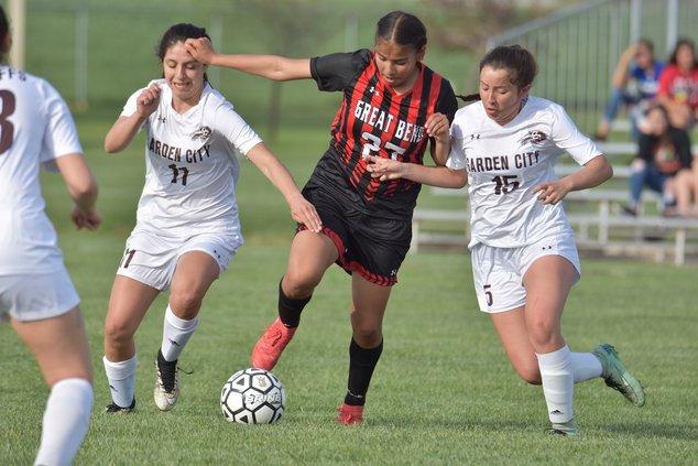 spt_hg_.jpg_Great Bend soccer player Yulisa Valdez (27) gets double teamed by Garden Citys defenders Jo-Jo Dominguez (11) and Adamaris Medina (15).jpg