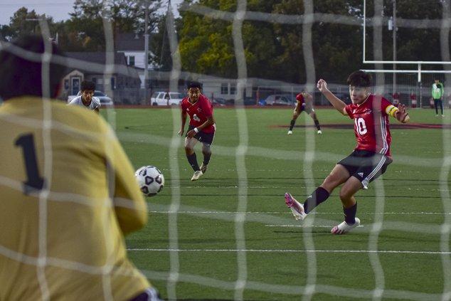 Jaime Arellanes shoots a penalty kick.jpg